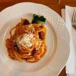 Espaguetis con tomate, chorizo y parmesano