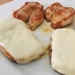 Solomillo de cerdo a la plancha con queso fundido.