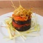 Lasaña de morcilla de verdura con pimientos y crujiente de puerro