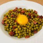 Guisantes con jamón y yema de huevo