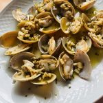 Almejas a la sartén con reducción de txakoli